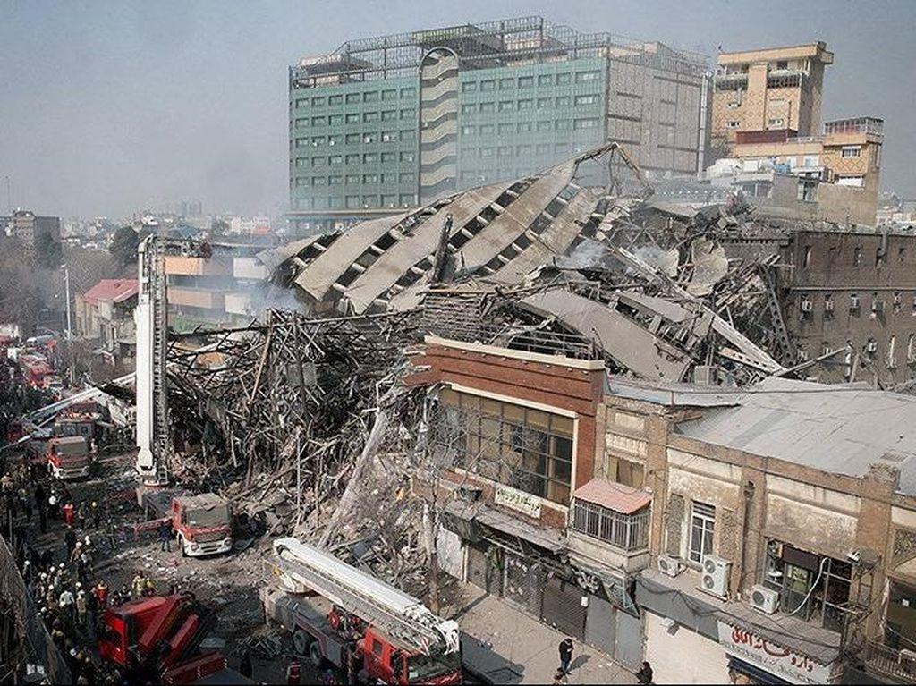 Gedung Ambruk di Iran Lukai 38 Petugas Pemadam