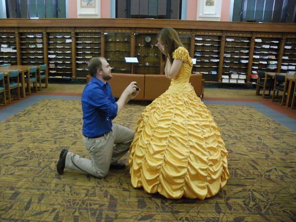 Pria Romantis Lamar Pasangan dengan Membuatkan Gaun Beauty and the Beast