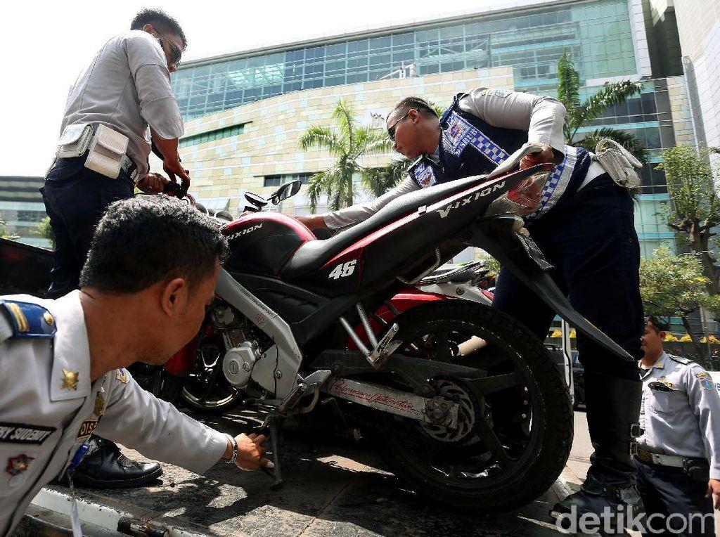 Parkir Sembarangan, Motor Diangkut Petugas Dishub
