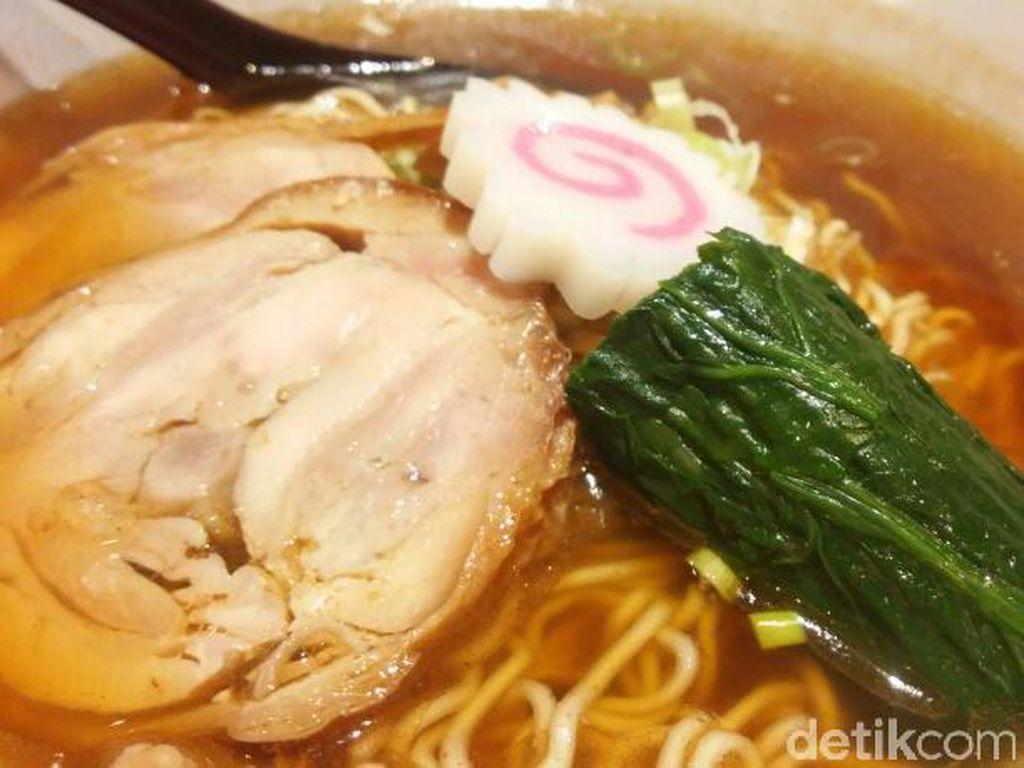 Untuk Anda yang ingin menu pork-free. Ada shoyu dan miso chicken ramen dengan kaldu ayam, fish cake serta rebung. Bisa disajikan pedas atau dalam porsi kecil untuk shoyu.