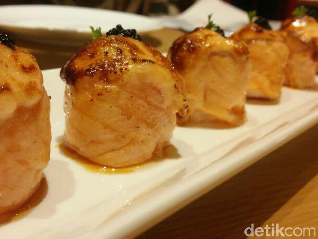 Untuk menu pembuka lebih berat, ada salmon roll yang disebut salah satu favorit di Ippudo. Nasi pulen dibungkus salmon lembut ditambah telur ikan cod di bagian atas. Meleleh di mulut.