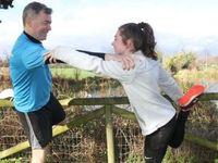 Bersama dengan dokter sarafnya, remaja perempuan Katie Cooke (19) dari Dublin yang menyandang epilepsi kerap mengikuti lomba lari maraton. Menurutnya ia berlari sebagai salah satu bentuk terapi agar kejangnya tak sering kambuh. (Foto: BBC)