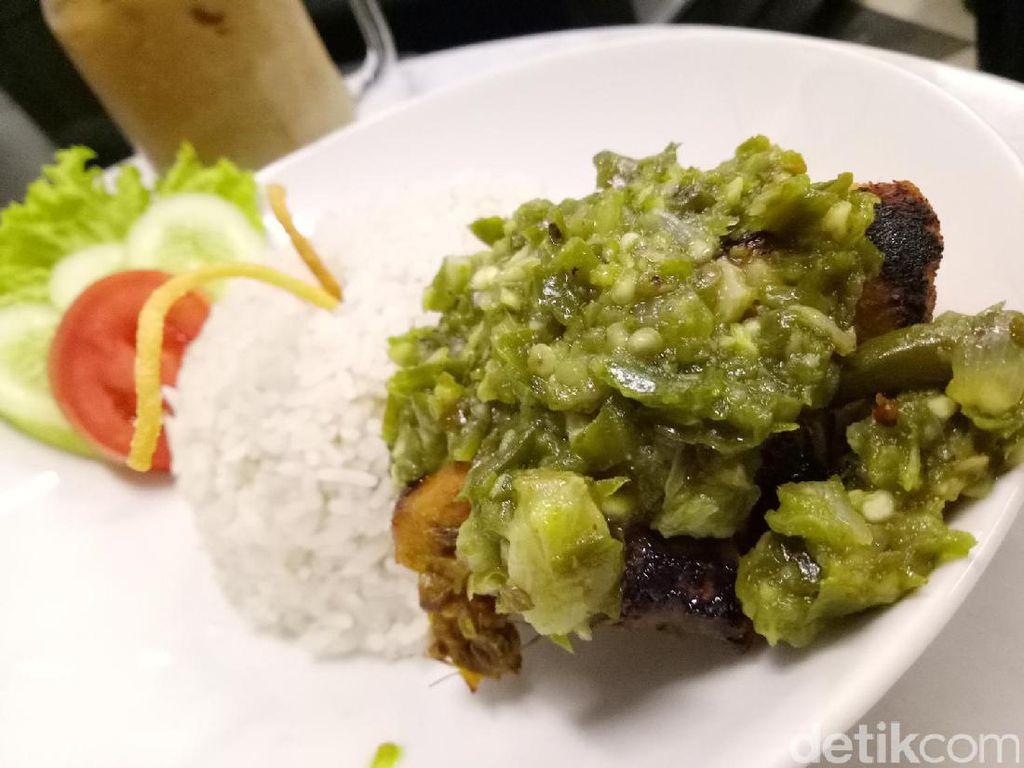 Kalau lapar, Anda wajib mencoba sajian ayam bakar dengan balutan sambal berwarna hijau. Tekstur ayamnya yang empuk sangat pas dipadu dengan sambal hijau yang pedas gurih. Jangan lupa nikmati dengan nasi putih hangat.