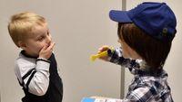Kaspar bukan sembarang robot. Robot yang dikembangkan oleh para peneliti di University of Hertfordshire ini bisa berinteraksi dengan anak sebagai bagian dari latihan komunikasi anak pengidap autisme. Ketika anak menggelitiknya sang robot akan berkata 'ini menyenangkan rasanya geli', sementara ketika anak bermain kasar robot akan berkata 'aduh sakit'. (Foto: Reuters)