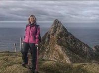 Nikki Bradley mengalami kerusakan tulang panggul karena kanker dan harus memakai kruk. Meski dengan kondisi fisik yang tidak lagi prima, Nikki berhasil mendaki gunung Muckish. (Foto: BBC)