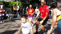 Pada Minggu (30/4), sejumlah anak dengan kondisi langka dari Indonesia Rare Disorders (IRD) berlari bersama komunitas IndoRunners di sekitar kawasan Sudirman Central Business District (SCBD), Jakarta. (Foto: Suherni)
