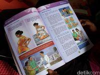 Di dalam ruangan ibu hamil bisa melakukan berbagai aktivitas, salah satunya membaca buku kesehatan ibu dan anak (KIA) sebagai pengetahuan selama kehamilan sampai melahirkan dan punya anak.