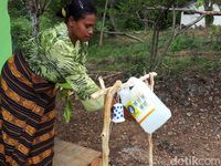 Bagian halaman depan terdapat alat cuci tangan yang dinamakan tipita. Setiap rumah wajib mempunyai alat ini agar semua anggota keluarga, khususnya ibu hamil, rutin mencuci tangan.