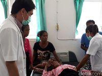 Di ruang bedah, terdapat seorang dokter sedang memeriksakan pasien. Saat ini, menurut Direktur RS Betun, Paskalia Frida Fahik sudah ada 63 kamar tidur. (Foto: Suherni Sulaeman)