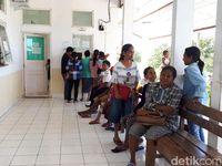 Di bagian depan rumah sakit, terdapat loket pendaftaran dan juga bangku-bangku untuk pasien dan pendamping untuk menunggu berobat. (Foto: Suherni Sulaeman)