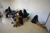 Salah satu cara penanganan kolera adalah memberikan air minum yang cukup dan antibiotik jika perlu. Masalahnya, tidak semua pasien kolera mengalami gejala seperti diare dan muntah-muntah, yang membuat penanganan sering terlambat. (Foto: REUTERS/Abduljabbar Zeyad)