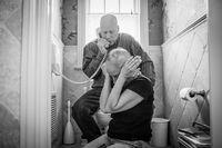 Saat suka juga dilalui Howie dan Laurel bersama. Salah satunya ketika mereka mendapat kabar baik jika tumor keduanya sudah mulai menyusut. (Foto: Nancy Borowick/CNN).