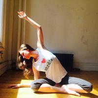 Ia pun mendapat julukan Rebel Yoga karena meninggalkan aspek-aspek tradisional India pada yoga, dan lebih mementingkan aspek olah tubuh dan olah jiwa. Tidak ada penggunaan kata-kata chaturangas atau sacrum, yang digunakan adalah kata-kata umum seperti push-up dan punggung bagian belakang. (Foto: Instagram/@tarastiles)