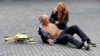Di Belanda, robot drone sedang diuji coba digunakan untuk menggantikan ambulans bagi pasien serangan jantung. Drone dengan warna kuning berbalut strip merah ini membawa alat pacu jantung atau defibrilator yang merupakan alat pertolongan pertama bagi pasien serangan jantung. Dalam ujicoba yang dilakukan pada 18 pasien serangan jantung, robot drone datang 17 menit lebih cepat daripada ambulans. (Foto: BAS CZERWINSKI/AFP/Getty Images)