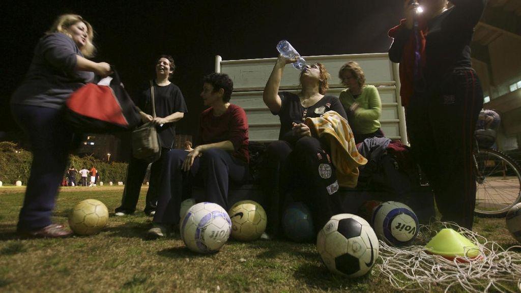 Foto Ibu-ibu Gendut Main Bola Ini Bikin Semangat Rampingkan Badan
