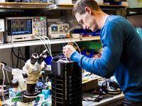 Bentuknya seperti tiang lampu dengan tinggi tak lebih dari satu meter. Sang robot memiliki 64 ruang perangkap dan terus menerus mengeluarkan karbon dioksida yang diketahui bisa menarik perhatian nyamuk. (Foto: Microsoft)