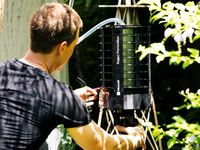 Bila yang masuk adalah nyamuk biasa maka robot tidak akan menangkapnya. Namun bila yang masuk adalah nyamuk seperti Aedes aegypti maka pintu perangkap akan segera menutup dan robot mencatat berbagai data seperti misalnya tanggal, suhu, dan tingkat cahaya lingkungan sekitar. (Foto: Microsoft)