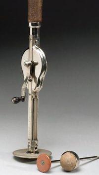 Mainan seks ini digunakan sebagai vibrator namun masih perlu dioperasikan secara manual dengan cara memutar tuas. Diperkirakan berasal dari tahun 1901-1930. (Foto: CNN)