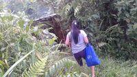 Tenaga kesehatan dari desa terdekat kesulitan untuk mengubah kepercayaan ini. Apa yang bisa dilakukan adalah mereka berpatroli di hutan menempuh jarak puluhan kilometer berjalan kaki mengunjungi bevak yang ada. (Foto: Nusantara Sehat/Tri Puji Astuti)