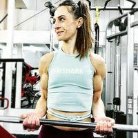 Sebetulnya latihan beban yang terlalu ekstrem tidak disarankan untuk wanita. Alasannya karena berpotensi merusak rahim bila dilakukan tidak tepat. (Foto: Instagram/female_bodybuilders)