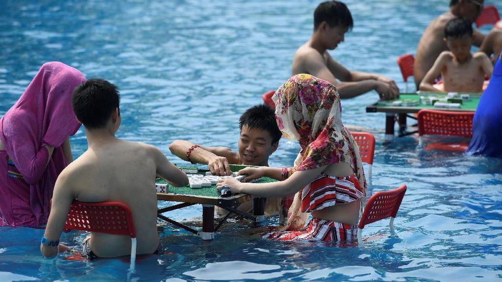 Foto Dampak Gelombang Panas di China, Main Mahjong Pun Sambil Berendam