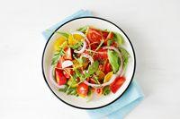 Saat Anda duduk untuk makan, mulailah dengan semangkuk salad. Setelah menyelesaikan piring sayuran tersebut, Anda menyadari bahwa tak ada tempat untuk memasukkan lebih banyak lagi karbohidrat. Foto: Thinkstock