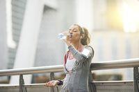 Dalam menurunkan berat badan setidaknya Anda harus minum 8 sampai 10 gelas air putih setiap hari. Tidak hanya akan membunuh rasa lapar tapi juga meningkatkan metabolisme tubuh dan menjaga energi tetap meningkat. Foto: Thinkstock