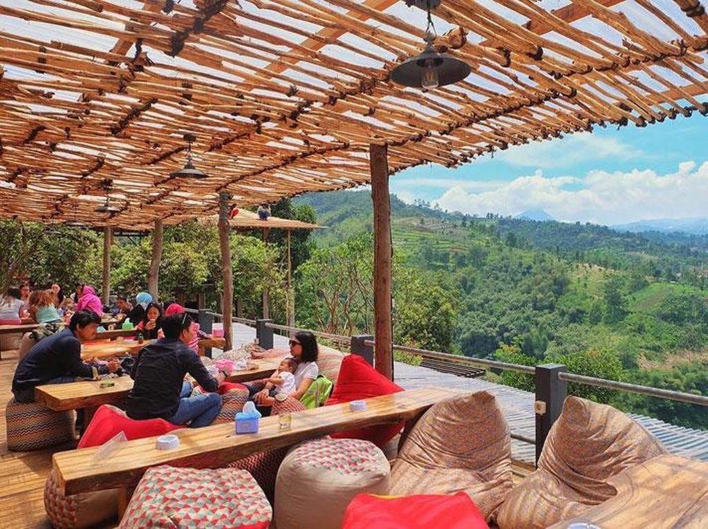 Di sini Anda bisa menikmati pemandangan dari ketinggian Lereng Anteng, Punclut. Di sentra kuliner Bandung Utara ini Tempat ini jadi lokasi yang pas untuk berselfie sambil melihat pemandangan cekungan Bandung yang dibentengi dengan pemandangan alam dan gunung. Mampir yuk!Foto: Istimewa