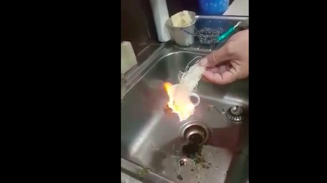 Kerap Disebut Mengandung Plastik, Makanan Ini Pasti Menyala Saat Dibakar