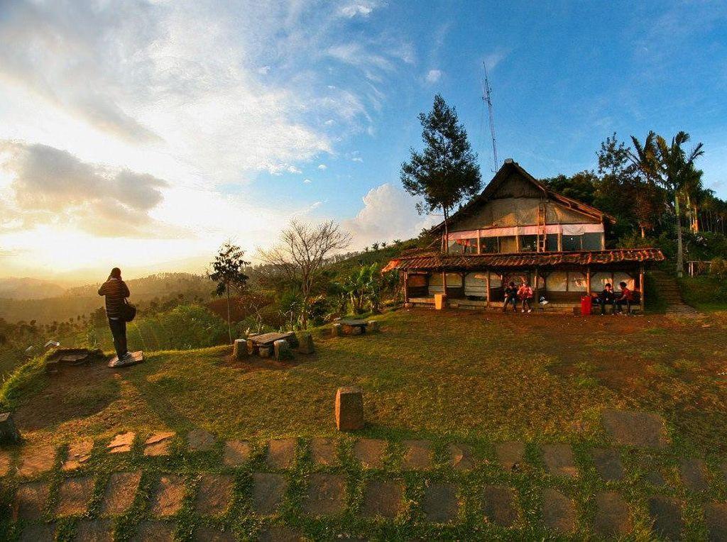 Warung Daweung ini terletak di Bukit Moko. Dengan pemandangan hijau yang indah, Anda bisa menikmati sunrise dan juga sunset. Sambil bersantai, pisang goreng kejunya juga enak dengan segelas kopi hangat.Foto: Istimewa