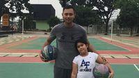 Selain lari, Agus Yudhoyono atau akrab disapa AHY juga gemar menjaga kebugaran dan bentuk tubuhnya lewat olahraga basket. Ia pun menularkan kebiasaan baiknya kepada sang putri Almira. Foto: Instagram/@agusyudhoyono