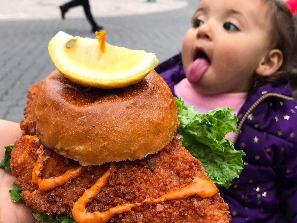 Ini 10 Pose Balita yang Unik Menggemaskan Bersama Makanan Enak