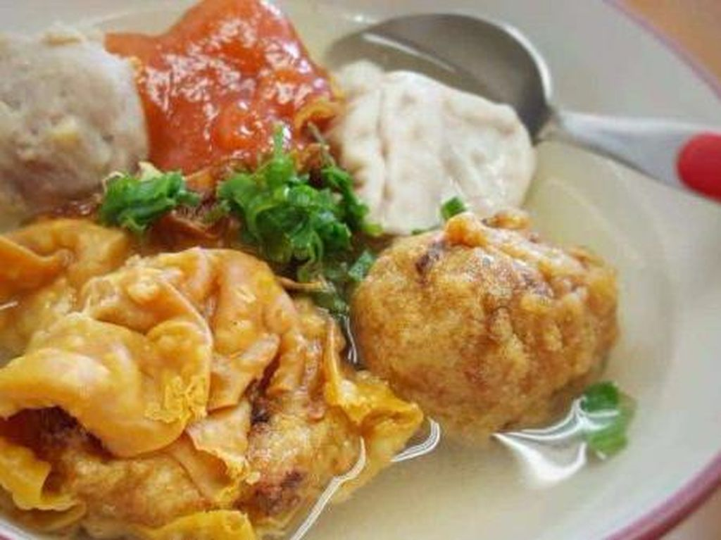 Sedapnya, Makan Malam dengan Semangkuk Bakwan Malang Berkuah Hangat