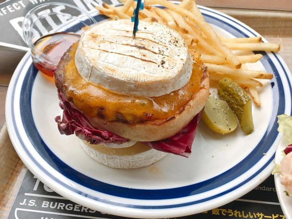 Nyeleneh! Bukan dengan Roti, Cheeseburger Ini Justru Diapit dengan Irisan Keju Tebal
