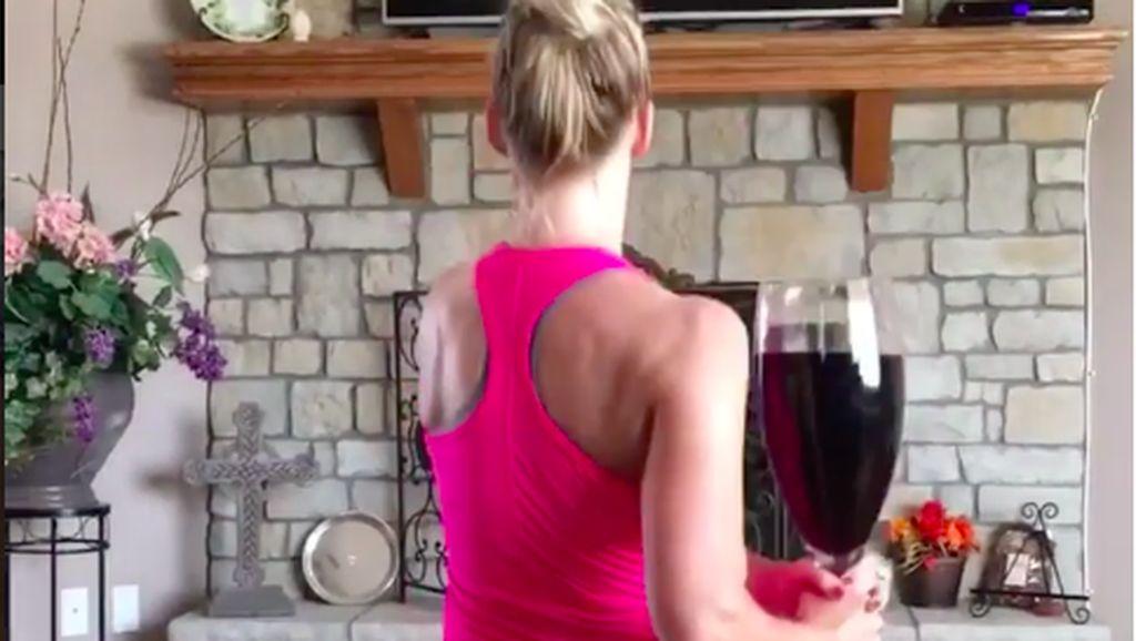 Berbagai Variasi Gerakan Unik Olahraga dengan Botol Wine